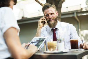 Hipster mit Bart im Café